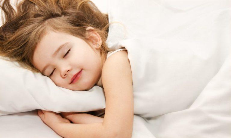 Почему дети разговаривают и смеются во сне