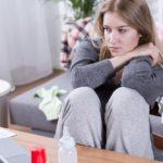 Сколько длится послеродовая депрессия: симптомы и лечение